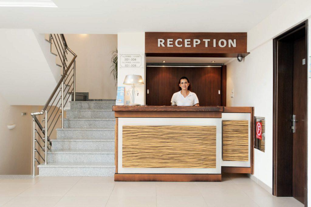 Ammos Bay Reception Employee/Υπάλληλος στη Ρεσεψιόν του Ammos Bay