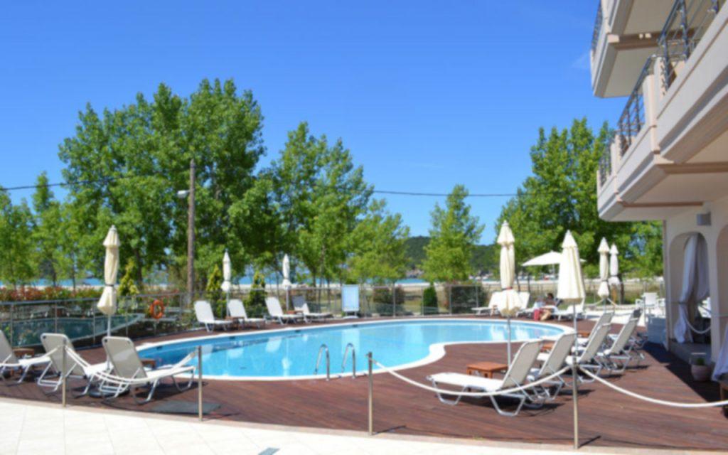 Swimming Pool, sunbeds and Umbrellas at Ammos Bay/Πισίνα, ξαπλώστρες και ομπρέλες στο Ammos Bay