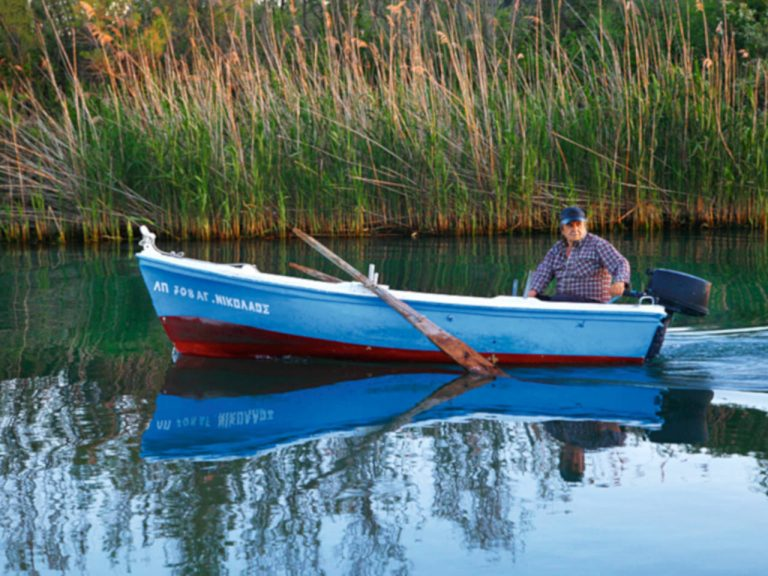 Boat in Acheron River/Βάρκα στον ποταμό Αχέροντα